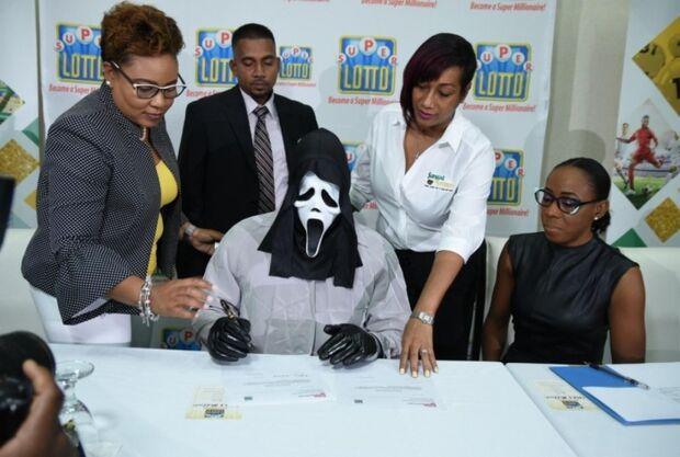 Vencedor da loteria recebe prêmio fantasiado para não ser reconhecido por parentes