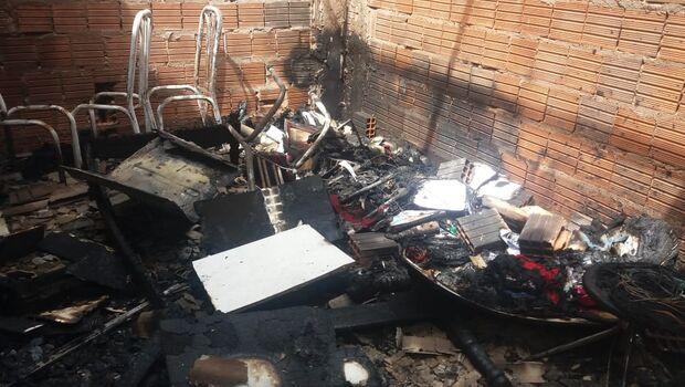 Moradores se revoltam após duplo homicídio e colocam fogo em casa de suspeitos