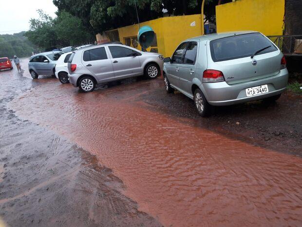 VÍDEO: pais enfrentam 'rio de lama' para buscar crianças na creche em dias chuvosos
