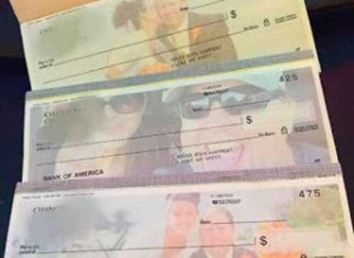 Homem faz cheques com a foto da atual esposa para pagar pensão a ex-esposa