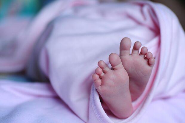 Bebê é salvo por policiais após ser abandonado em calçada