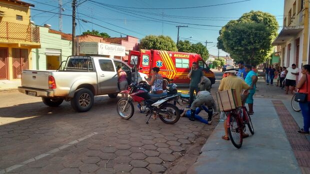 Motociclista tenta ultrapassagem e bate na traseira de caminhonete