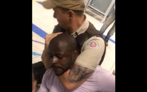 VÍDEO: homem acusa gerente de banco de racismo e recebe 'gravata' de PM