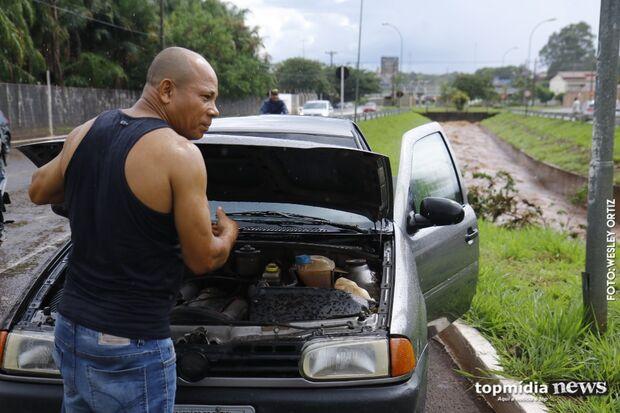 Chuva deixa córrego prestes a transbordar e estraga veículos na Ernesto Geisel com Rachid