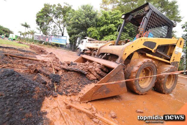 DIA DE FAXINA: técnicos da prefeitura amanhecem nas ruas para reparar estragos da chuva