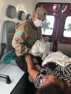 Com auxílio dos bombeiros, mulher dá à luz uma menina em meio à rodovia
