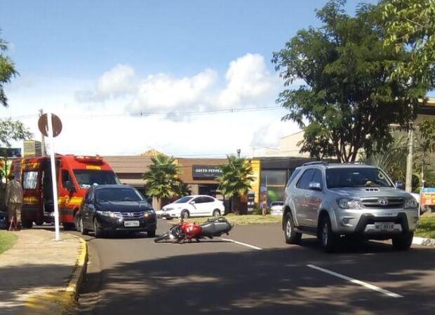 Motociclista fica ferido após ser atingido por carro na Ricardo Brandão