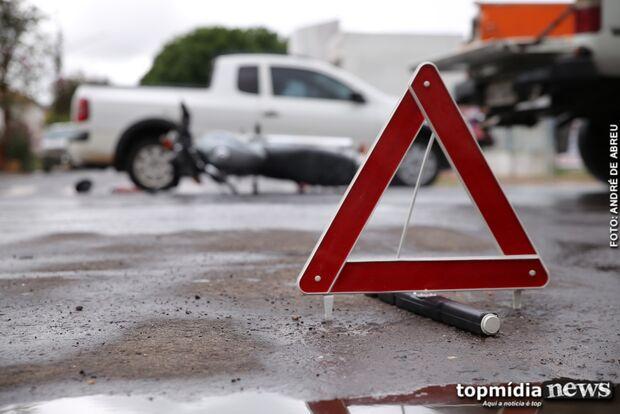 Freio falha e motociclista a caminho do novo emprego bate em carro na Avenida Calógeras