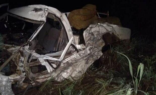 Acidente entre carreta e caminhonete deixa uma pessoa morta e outra ferida