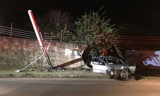 Bêbado, motorista bate veículo em poste de iluminação e muro de residência em MS