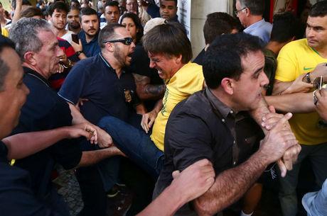 Emocionado, Bolsonaro diz que teve medo de morrer após facada