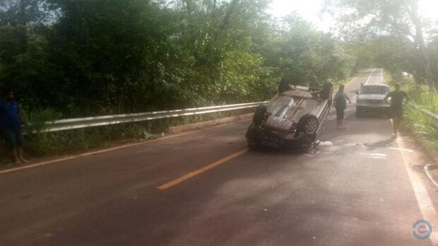 Carro capota e servidora municipal fica gravemente ferida