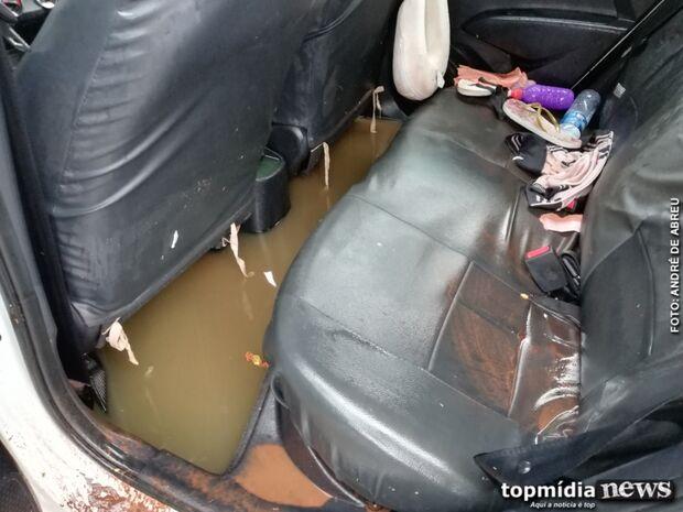 Dramático: mulher e criança são resgatadas de carro arrastado pela chuva no Cabreúva