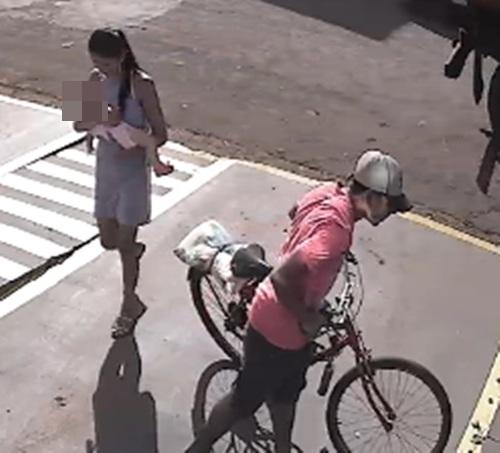 VÍDEO: 'casal sem vergonha' com bebê no colo furta carteira e celular de cliente em loja