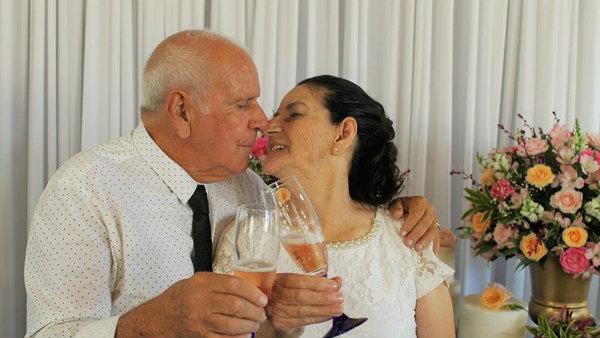 Casal de idosos que se conheceu no Tinder oficializa união