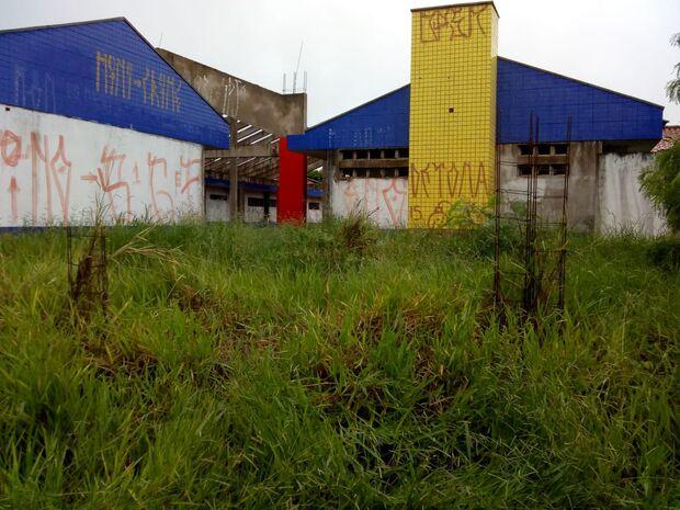 Com epidemia de dengue, moradores da Vila Popular estão preocupados com EMEI abandonada