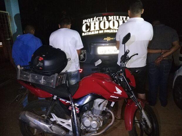 BPChoque: vítima vê moto furtada em frente de igreja ser anunciada em site e aciona PM; 4 são presos