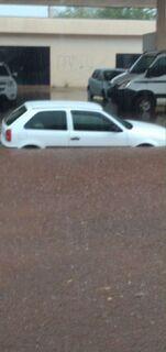 Chuva forte alaga ruas e arrasta carros em cidade de MS
