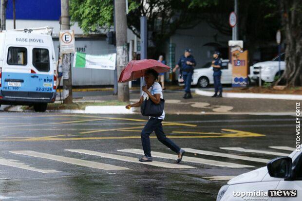 Com sol, chuva chega para refrescar 'calorão' do sábado em Campo Grande
