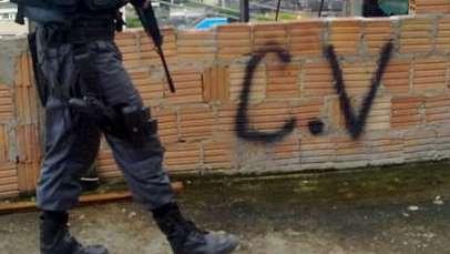 """""""Eu sou comando vermelho"""", diz homem esfaqueado ao ameaçar policiais"""