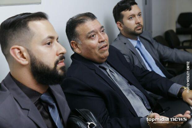 Réu por estupro de adolescente, Eduardo Romero evita imprensa e chega ao Fórum três horas antes