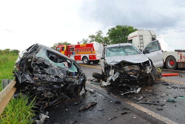 Batida frontal entre caminhonete e carro deixa um morto e vítima presa às ferragens na BR-267