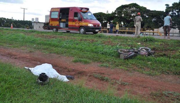 Carreta invade pista contrária, bate em motocicleta e mata operador de empilhadeira