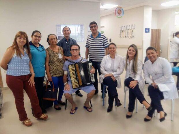 VÍDEO: Cláudio dribla dores de perdas e de doença transformando hospital em bailão
