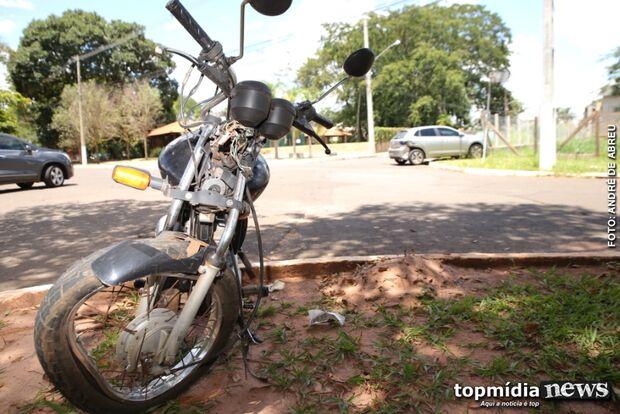 Motociclista bate em carro que invadiu preferencial e fica em estado gravíssimo