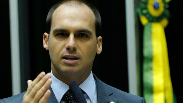 Eduardo Bolsonaro diz que pai está bem e já fala com melhora