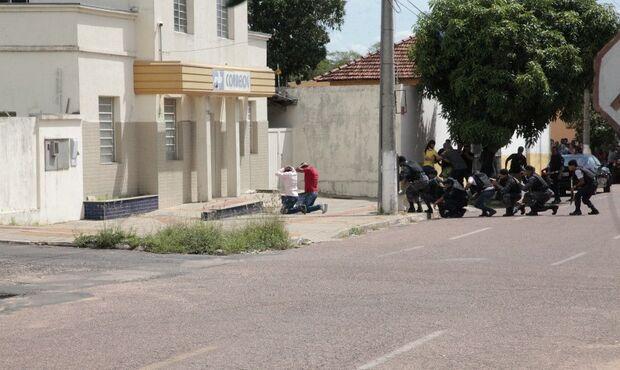 VÍDEO: dupla liberta reféns e se entrega após tentativa de roubo nos Correios