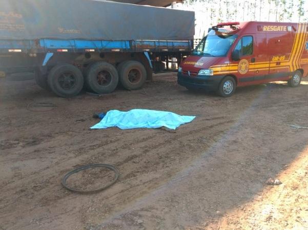 Motorista é atingido por aro de caminhão ao encher pneu, é arremessado e morre