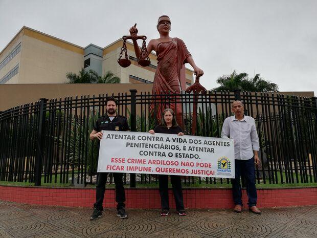 Agentes penitenciários protestam em julgamento de suspeito de envenenar servidores