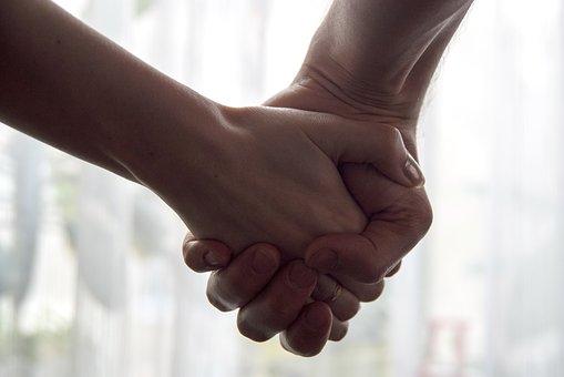 Pai ameaça vizinha de 42 anos que iniciou namoro com a filha dele de 18