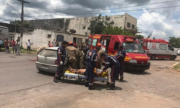 Colisão entre carro e ônibus deixa dois feridos