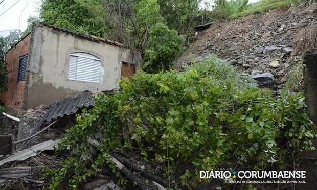 Varanda de casa desaba após forte chuva e Defesa Civil interdita área