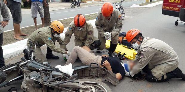 Ao desviar de pedestre, mulher cai de moto e fica ferida