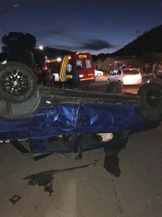 Carro capota após colidir em carreta; motorista fugiu do local do acidente