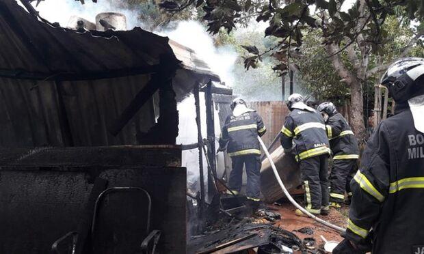 Mãe sai para levar filhos à escola e tem casa destruída pelo fogo