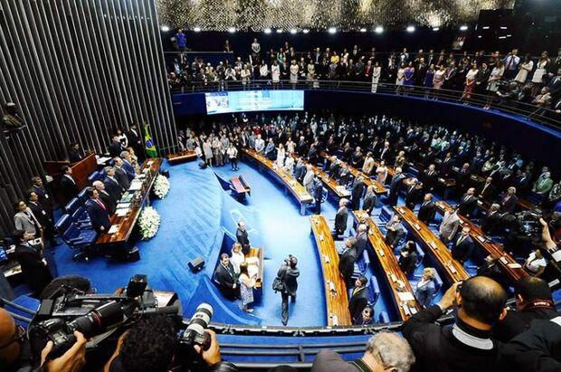 Deputados e senadores tomam posse nesta sexta