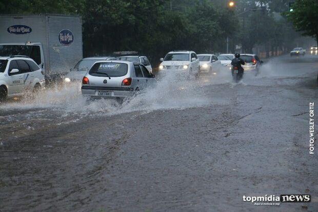 Sextou! Tempo vira e Capital acorda debaixo de muita chuva