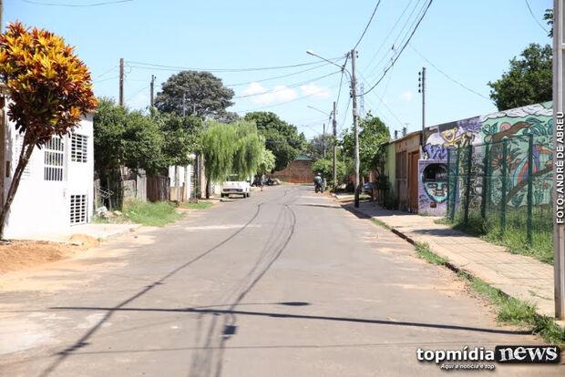 Asfalto chegou faz pouco tempo, mas já começa a 'desaparecer' em aldeia urbana da Capital