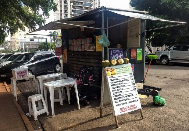 Ao lado da prefeitura, trailer de lanches funciona sem alvará e despeja lixo na rua
