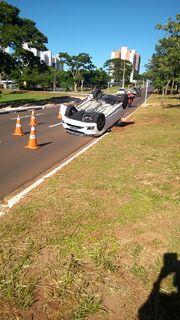 Veículo com quatro pessoas capota na Avenida Mato Grosso
