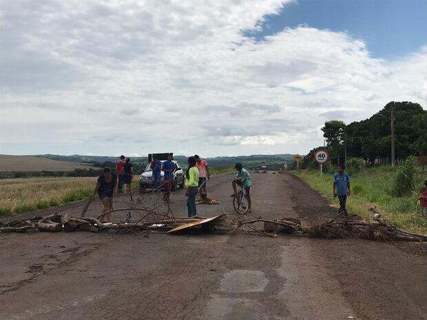Índios bloqueiam rodovia MS-384 contra fechamento de sala de aula