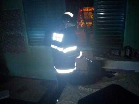 Homem arromba janela de casa e provoca incêndio por vingança