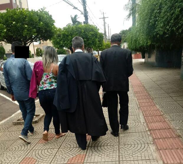 'Capa preta': homem anda de beca na rua e desperta curiosidade de leitor em Campo Grande