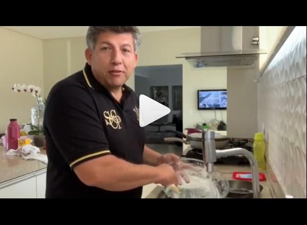 Na Lata: deputado faz vídeo lavando louça, desperdiça água e escorrega no machismo; assista