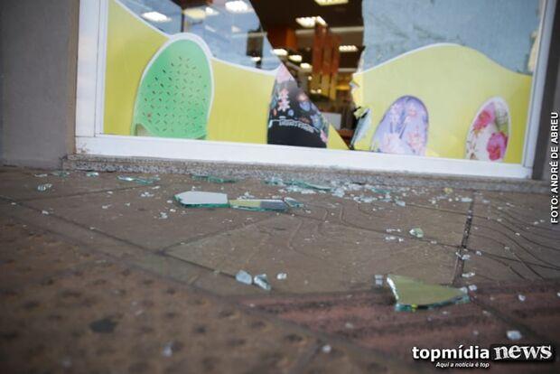 Presidiário quebra vitrine de loja do centro da Capital e volta para cadeia
