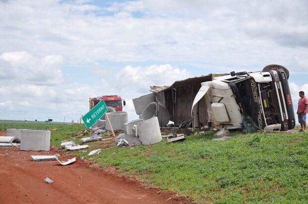 Prejuízo: caminhão tomba e destrói carga de manilhas na BR-060